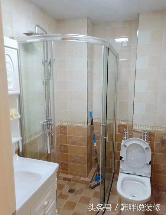 淋浴区在角落,装了半圆形的玻璃隔断  来实现干湿分别 !