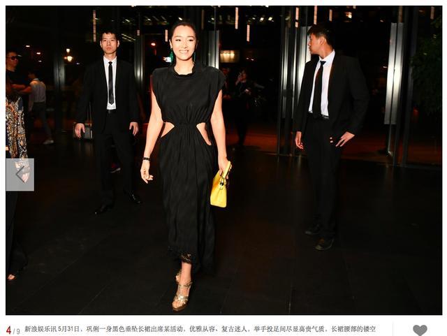 巩俐穿露腰小黑裙出席活动气场强年夜 ,她的耳环  太抢镜了-3.jpg